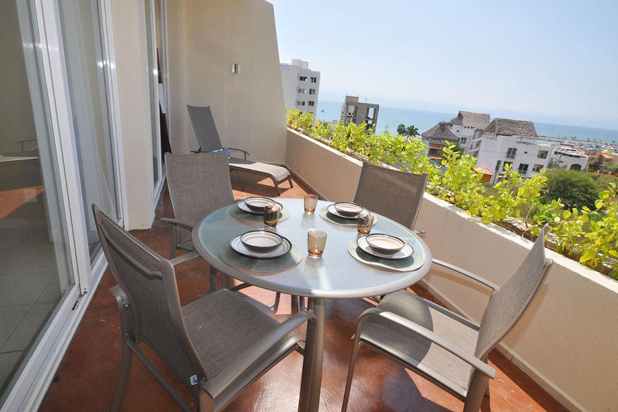 La Joya 404 is a gorgeous Penthouse features 180 degree views of the ocean, marina and yacht club.
