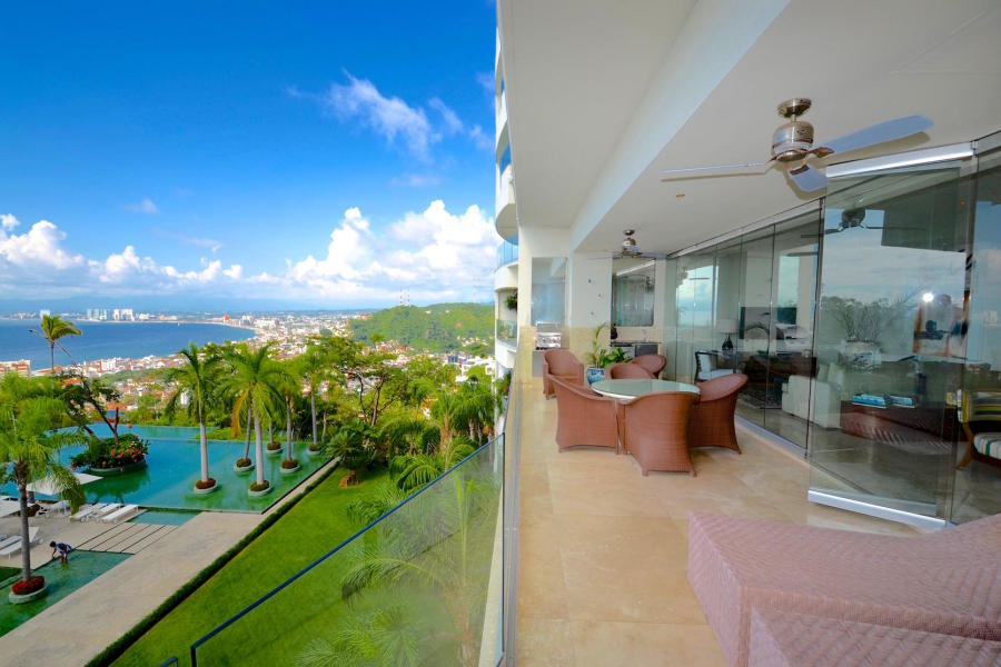 This world class residence offers a deep terrace with BBQ and sitting areas to enjoy magnificent views of the entire Bay of Banderas and City views overlooking the stunning gardens and swimming pool of the building.