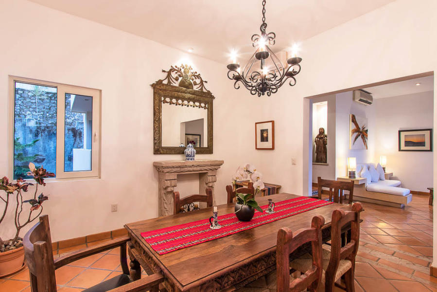 A quick hop down from its scenic hillside perch and you are in the heart of the Zona Romantica, Olas Altas, Playa Los Muertos and El Centro with shopping, dining, rambling and sightseeing all around you.