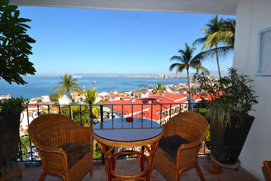 Enjoy this fantastic one bedroom, one bathroom in town condo that sits atop the Cinco de Diciembre hillside for spectacular views of the city, ocean and jungle.
